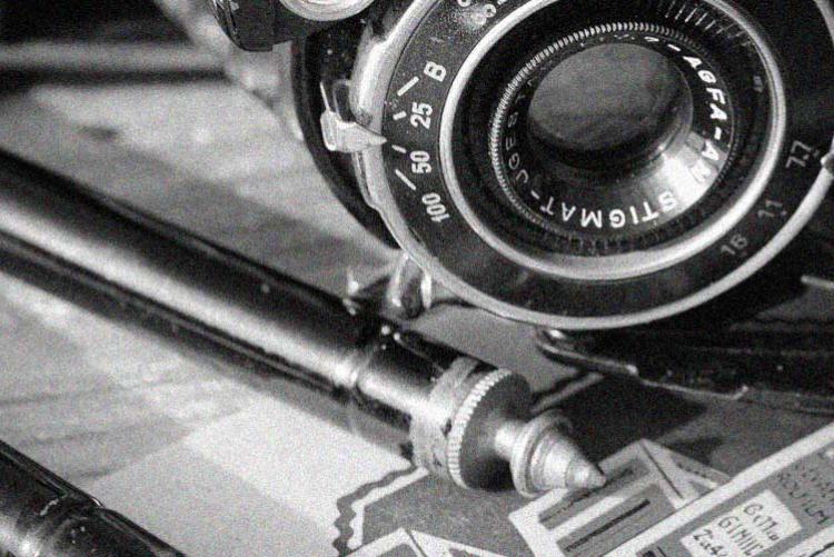 Kamera mit Stativ und Film